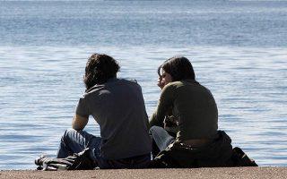 Η βόλτα στην παραλία είναι το ιδανικό ραντεβού για τους νεαρούς Θεσσαλονικείς