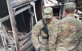 Αμερικανοί στρατιώτες στα συντρίμμια της αεροπορικής βάσης στην επαρχία Ανμπάρ του Ιράκ.EPA
