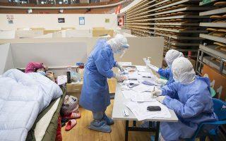 Η καθημερινότητα σε αυτοσχέδιο νοσοκομείο για ασθενείς με τον νέο κορωνοϊό σε κλειστό γήπεδο στη Γουχάν. EPA