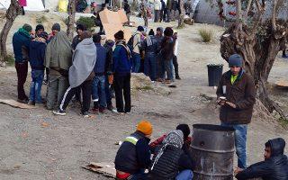 Με κουβέρτες και με πρόχειρη φωτιά σε βαρέλι για να προστατευθούν από την παγωνιά στο hot spot στη Μόρια της Λέσβου, κάποιοι από τους εκατοντάδες πρόσφυγες και μετανάστες που περιμένουν για να καταγραφούν, την Πέμπτη 31 Δεκεμβρίου 2015. ΑΠΕ ΜΠΕ/ΑΠΕ ΜΠΕ/ΣΤΡΑΤΗΣ ΜΠΑΛΑΣΚΑΣ
