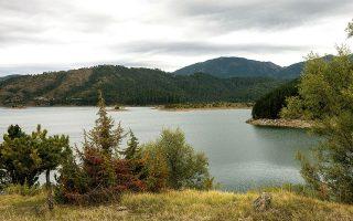 Η τεχνητή λίμνη πηγών Αώου, πολύ κοντά στο σημείο όπου καλλιεργούνται οι πατάτες.  (Φωτογραφία: Άγγελος Γιωτόπουλος)