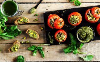 Με το πέστο γεμίζουμε ντομάτες, απλώνουμε σε μπρουσκέτα ή συνοδεύουμε σπαγκέτι (Φωτογραφία: Γιώργος Δρακόπουλος)