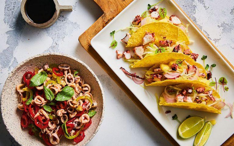 Μεξικάνικα τάκος με χταπόδι, ανανά και σάλτσα αβοκάντο