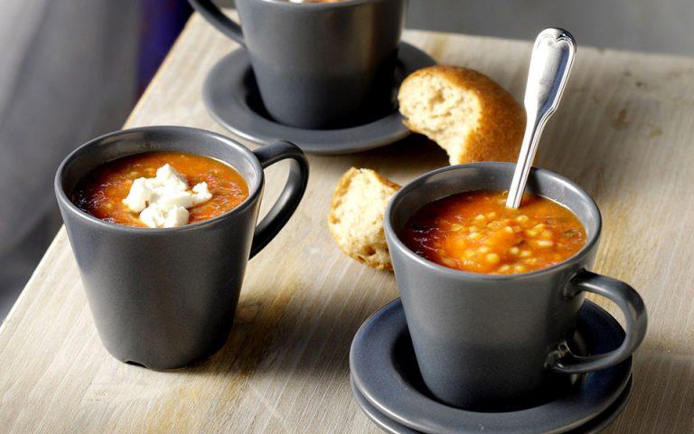 Σούπα κοκκινιστή µε δύο είδη τραχανά, καυκαλήθρες και φέτα