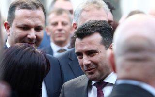 Ο Ζόραν Ζάεφ δέχεται συγχαρητήρια κατά την τελετή έπαρσης της σημαίας του ΝΑΤΟ μπροστά από το κοινοβούλιο της Βόρειας Μακεδονίας, στα Σκόπια. Α.P.