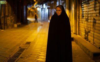 Το αμιγώς ελληνικό «Pari» του Ιρανού Σιαμάκ Ετεμάντη, επίσης πρωτοεμφανιζόμενου σκηνοθέτη που ζει και εργάζεται στην Ελλάδα, αποτυπώνει στις εικόνες του την αγωνία μιας Ιρανής μάνας, η οποία ψάχνει τα ίχνη του εξαφανισμένου φοιτητή γιου της στην σημερινή Αθήνα.
