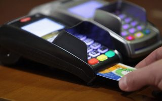Θυμηθείτε την εποχή που πηγαίνατε σε ένα ταμείο για να πληρώσετε μια αγορά σας και βλέπατε εφτά μηχανάκια αποδοχής καρτών (POS) γιατί οι τράπεζες τα δίνανε τζάμπα στις επιχειρήσεις!