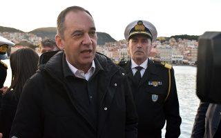 Ο υπουργός Ναυτιλίας, Γιάννης Πλακιωτάκης, συνομιλεί με παρευρισκόμενους κατά την επίσκεψή του στο νησί όπου παρέστη σε σύσκεψη στο Λιμεναρχείο Μυτιλήνης με θέμα την προοπτική αυξημένων προσφυγικών και μεταναστευτικών ροών το αμέσως επόμενο διάστημα, και κατόπιν μετέβη στο Μόλυβο και συναντήθηκε με στελέχη του εκεί σταθμού του Λιμενικού Σώματος, την Παρασκευή 28 Φεβρουαρίου 2020. Ο κος Πλακιωτάκης βρίσκεται στη Μυτιλήνη συνοδευόμενος από τον Αρχηγό του Λιμενικού Σώματος και άλλους ανώτατους αξιωματικούς. ΑΠΕ-ΜΠΕ/ΑΠΕ-ΜΠΕ/ΣΤΡΑΤΗΣ ΜΠΑΛΑΣΚΑΣ