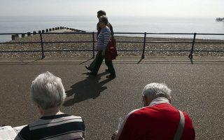Οσοι ασφαλισμένοι έχουν ήδη υποβάλει αίτηση συνταξιοδότησης πριν από την ψήφιση του νόμου, με πάνω από 44 έτη ασφάλισης, δεν θα δουν μείωση λόγω των νέων ποσοστών αναπλήρωσης.