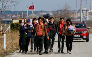 Migrants walk to the Turkey's Pazarkule border crossing with Greece's Kastanies, in Pazarkule, Turkey, February 28, 2020. REUTERS/Huseyin Aldemir