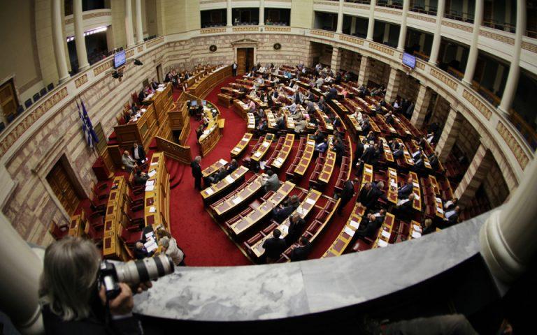 Το σχέδιο της κυβέρνησης και η κριτική της αντιπολίτευσης για τα κλειστά κέντρα