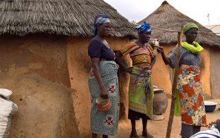 Γυναίκες του καταυλισμού στις καθημερινές ασχολίες. (ΦΩΤΟΓΡΑΦΙΕΣ: Κατερίνα Μαρινάκη)