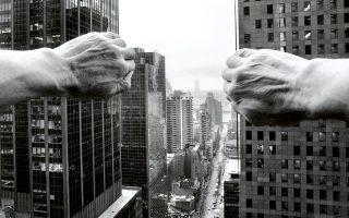 ΝΕΑ ΥΟΡΚΗ, 2005 Δύο τεράστια χέρια «ανοίγουν» σαν κουρτίνες τους νεοϋορκέζικους ουρανοξύστες, σε μια απόπειρα να δώσουν χώρο στο βλέμμα και να αποκαλύψουν τον κρυμμένο ορίζοντα. © Arno Rafael Minkkinen