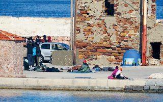 Με εμπορικό πλοίο πρόκειται να μετακινηθούν από τα νησιά του Αιγαίου οι πρόσφυγες και μετανάστες που έφτασαν εκεί μετά την 1η Μαρτίου. Πρόκειται συνολικά για 1.600 άτομα που δεν έχουν τη δυνατότητα αιτήματος ασύλου. Στη Χίο (φωτ.) αρκετοί μένουν σε αυτοσχέδιους καταυλισμούς σε διάφορα σημεία της πόλης.