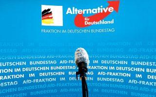 Ενα μικρόφωνο με φόντο το σήμα της Εναλλακτικής για τη Γερμανία, στην Μπούντεσταγκ του Βερολίνου.