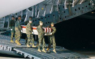 Πεζοναύτες μεταφέρουν το φέρετρο με τη σορό Αμερικανού που σκοτώθηκε στο Ιράκ σε αεροπορική βάση του Ντέλαγουερ.
