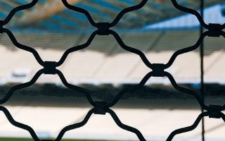 Τα ελληνικά πρωταθλήματα ποδοσφαίρου σε επαγγελματικό και ερασιτεχνικό, εθνικό και τοπικό επίπεδο κατεβάζουν ρολά λόγω κορωνοϊού.