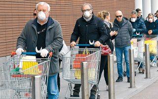 Ουρά σε σούπερ μάρκετ στο Μιλάνο, εν μέσω της γενικευμένης καραντίνας στην Ιταλία. «Ο,τι μέτρα και να πάρει η κυβέρνηση σεβαστείτε τα! Μείνετε σπίτι σας! Μην υποτιμάτε και μη σνομπάρετε την υπερβολή στα μέτρα», γράφει η Θεώνη Χρονοπούλου.