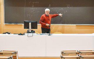 Καθηγητής σε πανεπιστήμιο στο Μιλάνο παραδίδει μάθημα online.