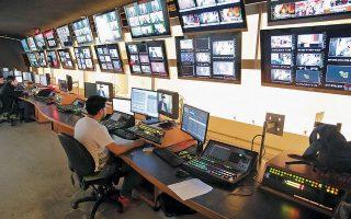 Τα κανάλια ρίχνουν το βάρος τους στην ενημέρωση, καταφεύγουν σε επαναλήψεις σειρών, ενώ αναστέλλουν γυρίσματα νέων παραγωγών και πρεμιέρες.