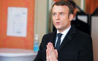 Η κυβέρνηση Μακρόν αποφάσισε τη στήριξη της γαλλικής οικονομίας με δαπάνες ύψους 45 δισ. ευρώ, ενώ παράλληλα θα διαθέσει άλλα 300 δισ. ευρώ για εγγυήσεις δανείων προς τις επιχειρήσεις.