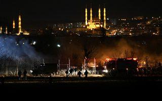 Καπνοί από δακρυγόνα και χημικά στα ελληνοτουρκικά σύνορα στις Καστανιές με «φαντασμαγορικό» φόντο την τουρκική πόλη του Εντιρνε