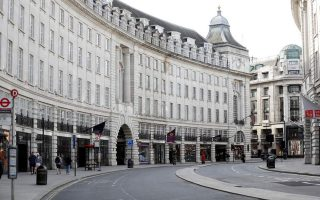 Σχεδόν έρημη η Regent Street στο Λονδίνο (REUTERS/Peter Nicholls)