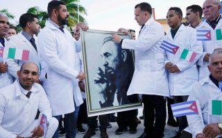 Φωτογραφία από την τελετή αποχαιρετισμού των Κουβανών γιατρών που θα αποσταλούν στην Ιταλία (REUTERS)