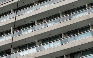 Σε υποχρεωτική καραντίνα 7 ημερών, σε κεντρικό ξενοδοχείο της Αθήνας, τέθηκαν 270 Έλληνες που επαναπατρίστηκαν από την Ισπανία, Δευτέρα 23 Μαρτίου 2020. Οι επαναπατρισθέντες έφτασαν από Μαδρίτη και Βαρκελώνη, ενώ 13 εξ αυτών εντοπίστηκαν να έχουν παραβιάσει τους περιοριστικούς όρους. Έτσι μετά την επιβολή προστίμων, αποφασίστηκε από την Ελληνική αστυνομία να τεθούν σε υποχρεωτική καραντίνα εντός του ξενοδοχείου και οι 270. Οι ίδιοι διαμαρτύρονται και ζητούν να τους επιτραπεί να πάνε στα σπίτια τους καθώς ήταν ήδη σε καραντίνα και στην Ισπανία. ΑΠΕ-ΜΠΕ/ΑΠΕ-ΜΠΕ/ΑΛΕΞΑΝΔΡΟΣ ΒΛΑΧΟΣ