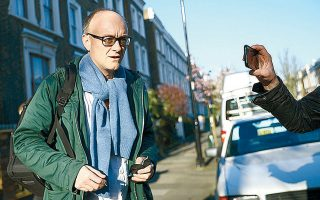 Ο Ντόμινικ Κάμινγκς, ειδικός σύμβουλος του Βρετανού πρωθυπουργού Μπόρις Τζόνσον, έξω από το σπίτι του στο Λονδίνο.