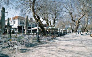 Αδειες καφετέριες σε πλατεία στο κέντρο των Ιωαννίνων εξαιτίας των περιοριστικών μέτρων για την αποφυγή εξάπλωσης του κορωνοϊού.