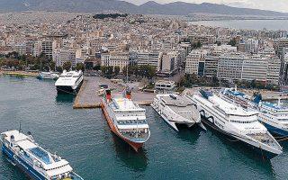 Στην αγορά εκτιμούν ότι πρέπει να παραμείνουν περί τα 16 επιβατηγά/οχηματαγωγά πλοία στο Αιγαίο, με το ημερήσιο κόστος τους για μισθούς και καύσιμα να υπολογίζεται κοντά στις 500.000 ευρώ ημερησίως.