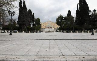 Αδεια χθες η πλατεία Συντάγματος, πρώτη ημέρα εφαρμογής των μέτρων περιορισμού της κυκλοφορίας.