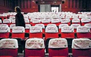 Οι κινηματογραφικές αίθουσες στην Κίνα αρχίζουν δειλά δειλά να ανοίγουν τις πόρτες τους, έπειτα από σχεδόν τρεις μήνες λουκέτου.
