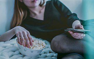 Η βουλιμική κατανάλωση τηλεοπτικών σειρών αναμφίβολα εντείνει το άγχος μας και λειτουργεί εθιστικά.