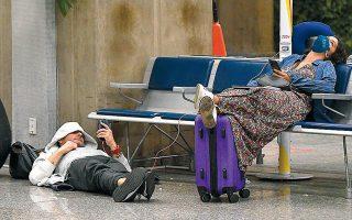 Ταξιδιώτες προσπαθούν να κοιμηθούν καθώς περιμένουν στο αεροδρόμιο του Ρίο στη Βραζιλία. Αυτές τις ημέρες ο ύπνος είναι πολύτιμος.