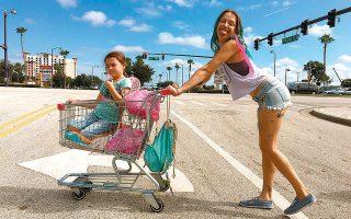 Στο «The Florida Project» η πραγματικότητα του λεγόμενου «white trash» αποκαλύπτεται εδώ, μέσα από τα αθώα μάτια των παιδιών.