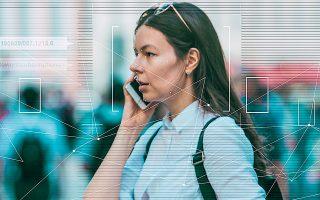 Σύμφωνα με την καθηγήτρια του Χάρβαρντ Σοσάνα Ζούμποφ, η λειτουργία των έξυπνων κινητών που αποφέρει τα μεγαλύτερα οφέλη στις εταιρείες οι οποίες δημιουργούν εφαρμογές είναι η αδιάκοπη επιτήρηση της συμπεριφοράς μας (φωτ. αρχείου).