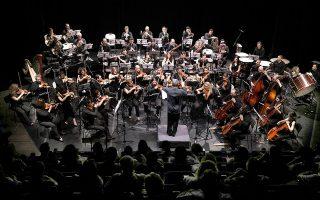 Η Φιλαρμόνια Ορχήστρα Αθηνών και ο Βύρων Φιδετζής υπογράφουν μια ερμηνεία αναφοράς της «Μικρής Συμφωνίας» του Νίκου Σκαλκώτα.