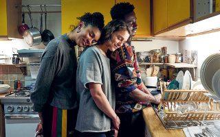 «Trigonometry»: Τρεις νέοι άνθρωποι βρίσκονται, ξαφνικά, στο ίδιο διαμέρισμα και δημιουργούν μια επιλεγμένη οικογένεια. Στη φωτογραφία, ο Γκάρι Καρ, η Αριάν Λαμπέντ και η Ταλίσα Τεσέιρα.
