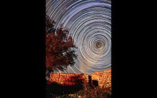 Αστρικές τροχιές σε τοπίο της Κέρκυρας. «Αν διανοηθεί κανείς πόσο μακριά είναι τα αστέρια και τι ταξίδι κάνει το φως τους για να φτάσει ώς τον πλανήτη μας», λέει η δρ Φιόρη Μεταλληνού, «θα καταλάβει τη μικρότητά μας αλλά και το θαύμα της ζωής, που πρέπει να μας γεμίζει με χαρά και ευγνωμοσύνη» (φωτ. Βασίλης Μεταλληνός).