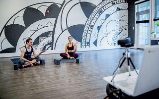 Δύο δάσκαλοι γιόγκα παραδίδουν μαθήματα μέσω κάμερας στις ΗΠΑ.