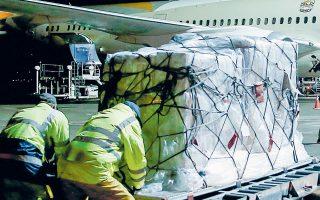 Υπάλληλοι του αεροδρομίου «Ελ. Βενιζέλος» παραλαμβάνουν νοσοκομειακό εξοπλισμό, δωρεά των Ηνωμένων Αραβικών Εμιράτων στη χώρα μας.