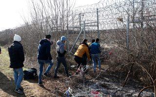 Πρόσφυγες και μετανάστες προσπαθούν να κόψουν τον φράχτη στα ελληνοτουρκικά σύνορα και να περάσουν στην Ελλάδα.