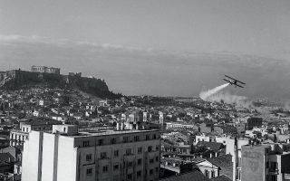 Πριν από 73 χρόνια: αεροσκάφος του αμερικανικού Ναυτικού ψεκάζει, στις 22 Οκτωβρίου του 1947, με το ειδικό εντομοκτόνο DDT περιοχές της Αθήνας, στο πλαίσιο  της εκστρατείας αντιμετώπισης της αιγυπτιακής χaολέρας.  Οι αεροψεκασμοί δεν ήταν ασυνήθιστο φαινόμενο για την εποχή και υπηρετούσαν την καταπολέμηση και της ελονοσίας. © Μουσείο Μπενάκη / Φωτογραφικά Αρχεία [ΦΑ.12_ AF.121.56] Φωτογραφία του Δημήτρη Χαρισιάδη
