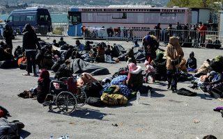 Πολλοί αιτούντες άσυλο συγκεντρώθηκαν, χθες, στο λιμάνι της Μυτιλήνης μετά την έντονη φημολογία που κυκλοφόρησε μέσω κοινωνικών δικτύων, ότι θα φτάσει πλοίο στο νησί, με το οποίο θα μεταφερθεί κόσμος στην ενδοχώρα. AP Photo/Panagiotis Balaskas