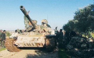 Δυνάμεις του συριακού στρατού προωθούνται στην κωμόπολη Κφαρ Ναμπλ της επαρχίας Ιντλίμπ. REUTERS