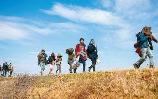 Πρόσφυγες και μετανάστες περπατούν κοντά στη συνοριακή διάβαση Υψάλων - Κήπων. AP Photo/Emrah Gurel