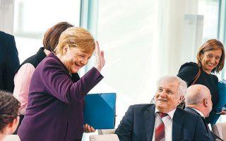 Η επιδημία του κορωνοϊού αλλάζει και την παραδοσιακή χειραψία. Ο υπουργός Εσωτερικών της Γερμανίας Χορστ Ζεεχόφερ απλώς χαμογέλασε και δεν έσφιξε το χέρι της καγκελαρίου Μέρκελ κατά τη διάρκεια συνάντησης για τη μετανάστευση. Το Ευρωπαϊκό Κέντρο Πρόληψης και Ελέγχου Νόσων αναθεώρησε χθες την εκτίμηση για την απειλή που αποτελεί ο Covid-19, από «μέτρια» σε «υψηλή», ενώ ο αντιπρόεδρος των ΗΠΑ Μάικλ Πενς ανακοίνωσε ότι οι αμερικανικές φαρμακευτικές εταιρείες θα δημιουργήσουν κονσόρτσιουμ για την αντιμετώπιση του ιού.