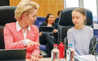 H Σουηδή ακτιβίστρια Γκρέτα Τούνμπεργκ κατηγόρησε χθες την Ε.Ε. ότι «παριστάνει την ηγέτιδα» στη μάχη κατά της κλιματικής αλλαγής, την ώρα που καθυστερεί την εφαρμογή άμεσα αναγκαίων μέτρων. Χθες, η πρόεδρος της Κομισιόν Ούρσουλα φον ντερ Λάιεν παρουσίασε τα σχέδια της Ε.Ε. για μηδενικούς ρύπους έως το 2050, τα οποία η Τούνμπεργκ χαρακτήρισε «συνθηκολόγηση».